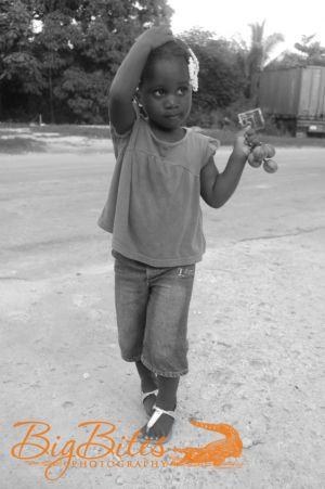 little-girl-pink-shirt-black-and-white-Bahamas-Big-Bites-Photography.jpg